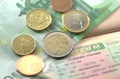 Schengen-Visum und Euromünzen für Reise Stockbilder