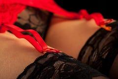 Schenkel der Frau in den schwarzen Strümpfen Stockbild