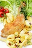 Schenkel des Huhns auf Kopfsalat verlässt weißes backgrou lizenzfreies stockfoto