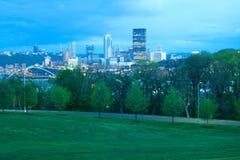 Schenley-Park an Oakland-Nachbarschaft und im Stadtzentrum gelegene Stadtskyline in Pittsburgh stockfoto