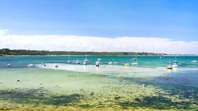 schepen in baai Anse DE Perros dichtbij perros-Guirec Royalty-vrije Stock Fotografie