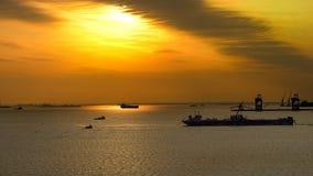 Schepen bij zonsondergang op het overzees Stock Foto's