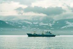 Schepen in de haven van eiland Paramushir, Rusland Royalty-vrije Stock Fotografie