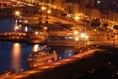 Schepen in de Haven van Malaga bij nacht stock afbeelding