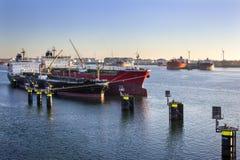 Schepen in de haven van Rotterdam worden vastgelegd dat royalty-vrije stock afbeeldingen