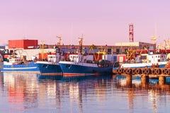 Schepen in de Jachthaven in Ventspils bij zonsondergang Stock Foto