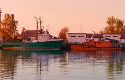 Schepen in de Jachthaven in Ventspils bij zonsondergang Royalty-vrije Stock Foto's