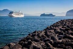 Schepen in de rubriek van Sorrento aan Capri, Italië stock afbeeldingen