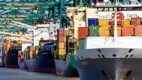 Schepen in de terminal van de verschepende Containerhaven stock foto
