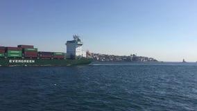 Schepen die op bosphorus van Istanboel gaan stock videobeelden