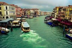 Schepen die op Grand Canal varen Venetië, Italië royalty-vrije stock afbeeldingen