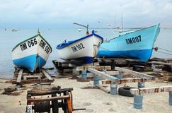 Schepen die zich door de kust, Pomorie, Bulgarije 28 Juli, 2014 bevinden Stock Fotografie