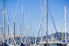 Schepen in een jachthaven, Sausalito, Californië worden vastgelegd dat royalty-vrije stock foto's