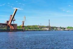 Schepen en opheffende kranen bij de Jachthaven in Ventspils Royalty-vrije Stock Afbeelding