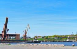 Schepen en opheffende kranen bij Jachthaven in Ventspils Royalty-vrije Stock Afbeeldingen