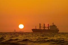 Schepen en zonsondergang Royalty-vrije Stock Afbeeldingen
