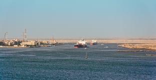Schepen in het Kanaal van Suez Stock Foto's