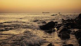 Schepen in het overzees en vissers in een boot bij zonsondergang langzame mo stock footage