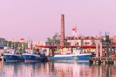 Schepen in Jachthaven in Ventspils bij zonsondergang Royalty-vrije Stock Afbeeldingen