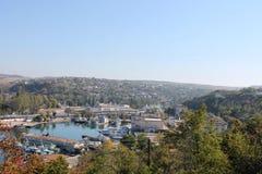 Schepen onder de heuvels in haven, de Zwarte Zee Royalty-vrije Stock Afbeelding