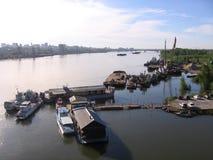 Schepen op de pijler op de rivier Ob Novosibirsk royalty-vrije stock fotografie