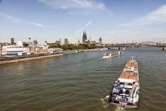 Schepen op de Rijn-rivier in Keulen, Duitsland stock foto
