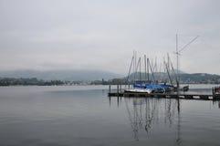Schepen op haven in het meer van Luzern Stock Foto's