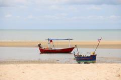 2 schepen op het strand Stock Afbeelding