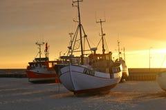 Schepen op het strand bij zonsondergang, Denemarken Royalty-vrije Stock Fotografie