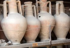 Schepen, potten en een verscheidenheid van artefacten die uitbarsting van de Vesuvius in Pompei overleven stock afbeeldingen