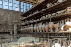 Schepen, potten en een verscheidenheid van artefacten die uitbarsting van de Vesuvius in Pompei overleven royalty-vrije stock foto's