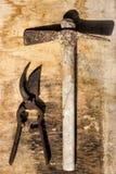 Scheranlagen und -hammer rostig über altem Holztisch Lizenzfreie Stockbilder
