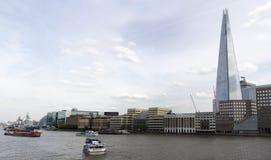 Scherbewolkenkratzer, der über dem Fluss auftaucht lizenzfreies stockfoto