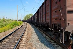 SCHERBINKA, MOSCOU, JULHO, 19, 2007: Opinião de perspectiva no eixo railway das rodas de carros do frete da gôndola do marrom do  foto de stock royalty free