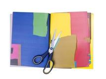 Scheren auf farbigem Papier auf Weiß lizenzfreies stockfoto
