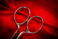 Scheren auf rotem Gewebe Stockfoto
