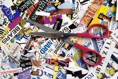 Scheren auf Wort-Hintergrund Stockbilder