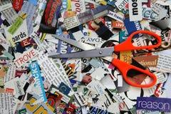 Scheren auf Zeitschriften-Ausschnitts-Hintergrund Stockfoto