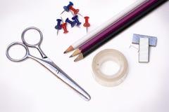 Scheren, Band, Bleistifte und Reißnägel Lizenzfreie Stockfotografie