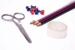 Scheren, Bleistifte, Band und Reißnägel Lizenzfreie Stockbilder