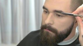 Scheren, die Augenbraue des Mannes schneiden stock video footage