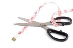 Scheren, die Bandmaß schneiden Lizenzfreies Stockfoto