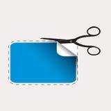 Scheren, die blauen Aufkleber schneiden Lizenzfreies Stockbild