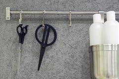 Scheren, die am Haken hängen stockbilder