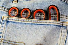 Scheren in einer Tasche der Jeans stockbilder
