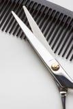 Scheren für Friseuroperation und eine Haarbürste auf Weißrückseite Stockbilder