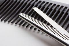 Scheren für Friseuroperation und eine Haarbürste auf Weißrückseite Lizenzfreies Stockbild