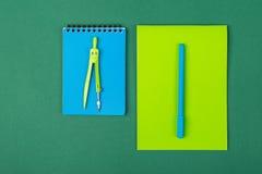 Scheren, Hefter, Anti-hefter, Bleistiftspitzer und anderer Stockbilder