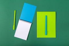 Scheren, Hefter, Anti-hefter, Bleistiftspitzer und anderer Stockbild