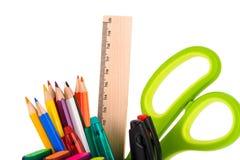 Scheren ruller und mehrfarbige Bleistifte lokalisiert auf weißem backg Lizenzfreie Stockfotografie